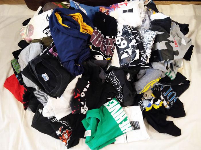 家にあるTシャツを数えてみるシャツを全部出してみた
