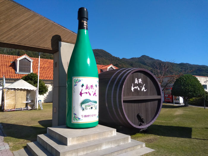 島根ワイナリー入口横の巨大ワインボトルと樽