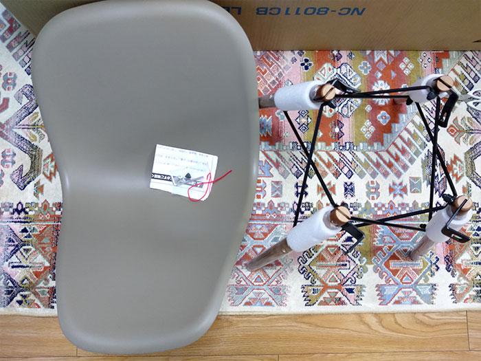 ロウヤの椅子の脚は組み立てられていた