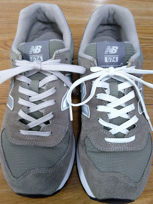 靴紐を比べる