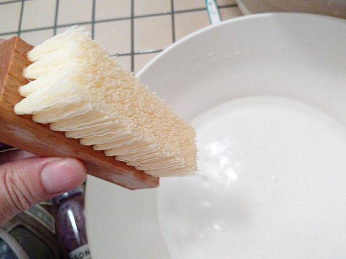 専用ブラシを水につける