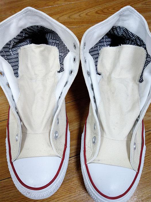 スニーカーの汚れを落とし靴紐を外す