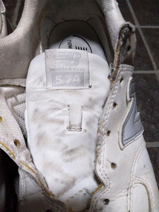 防水スプレーをかける前に靴紐を外す