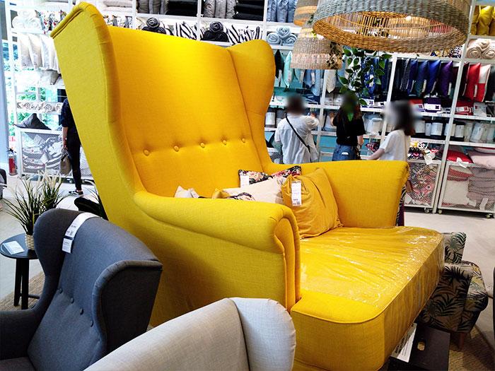 IKEA原宿2階の大きな黄色のソファ