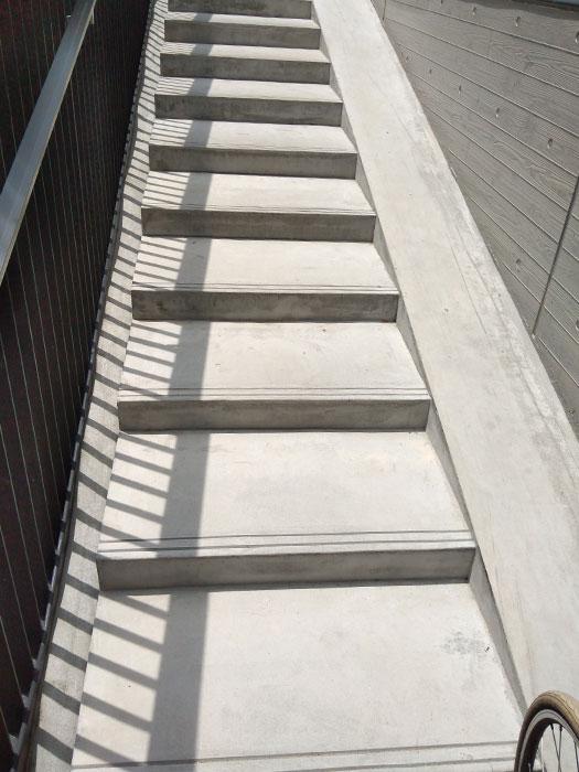 駐輪場入口に向かう階段とスロープ
