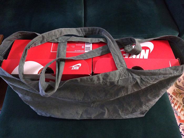 ユニクロエコバッグのサイズ感はナイキの靴箱2つ分