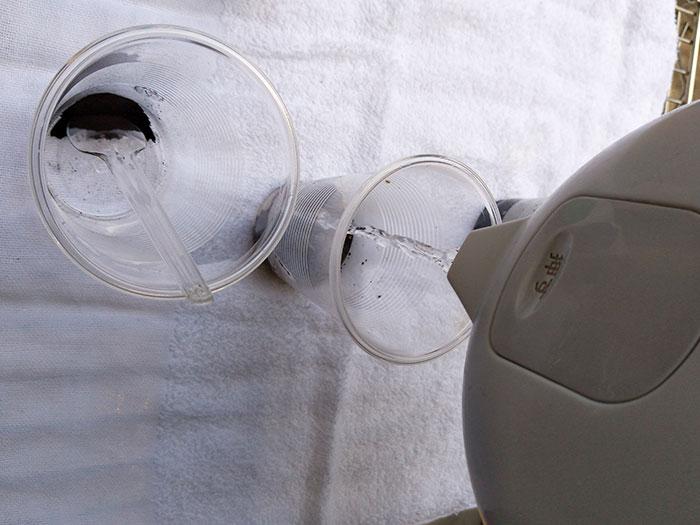 熱湯で染料を溶かす